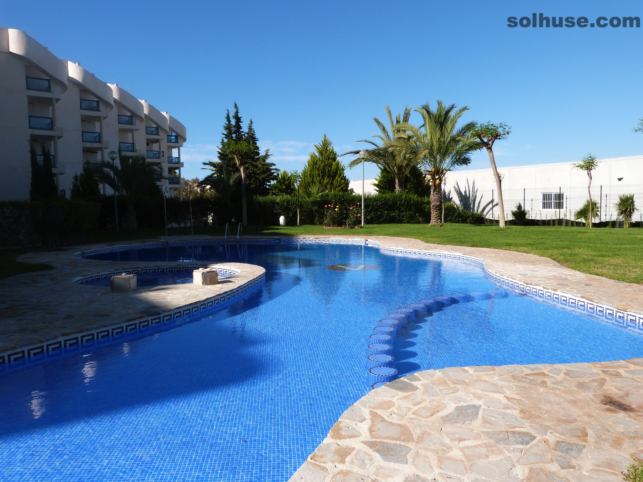 LOVELY GROUND FLOOR APARTMENT, COMMUNAL POOL & SEA VIEW